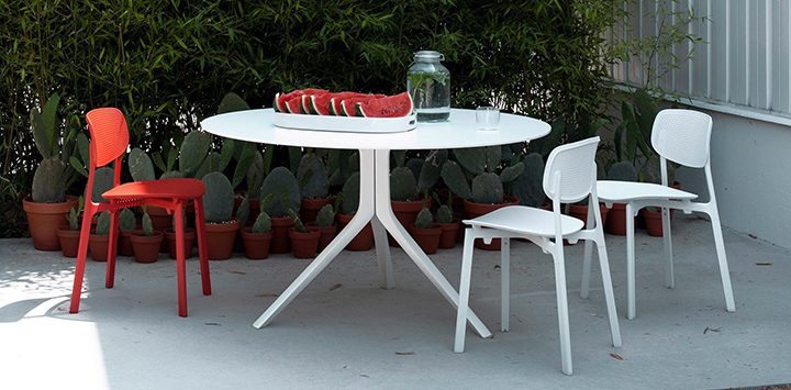 Kristalia - table Oops, I did it again et chaises Colander